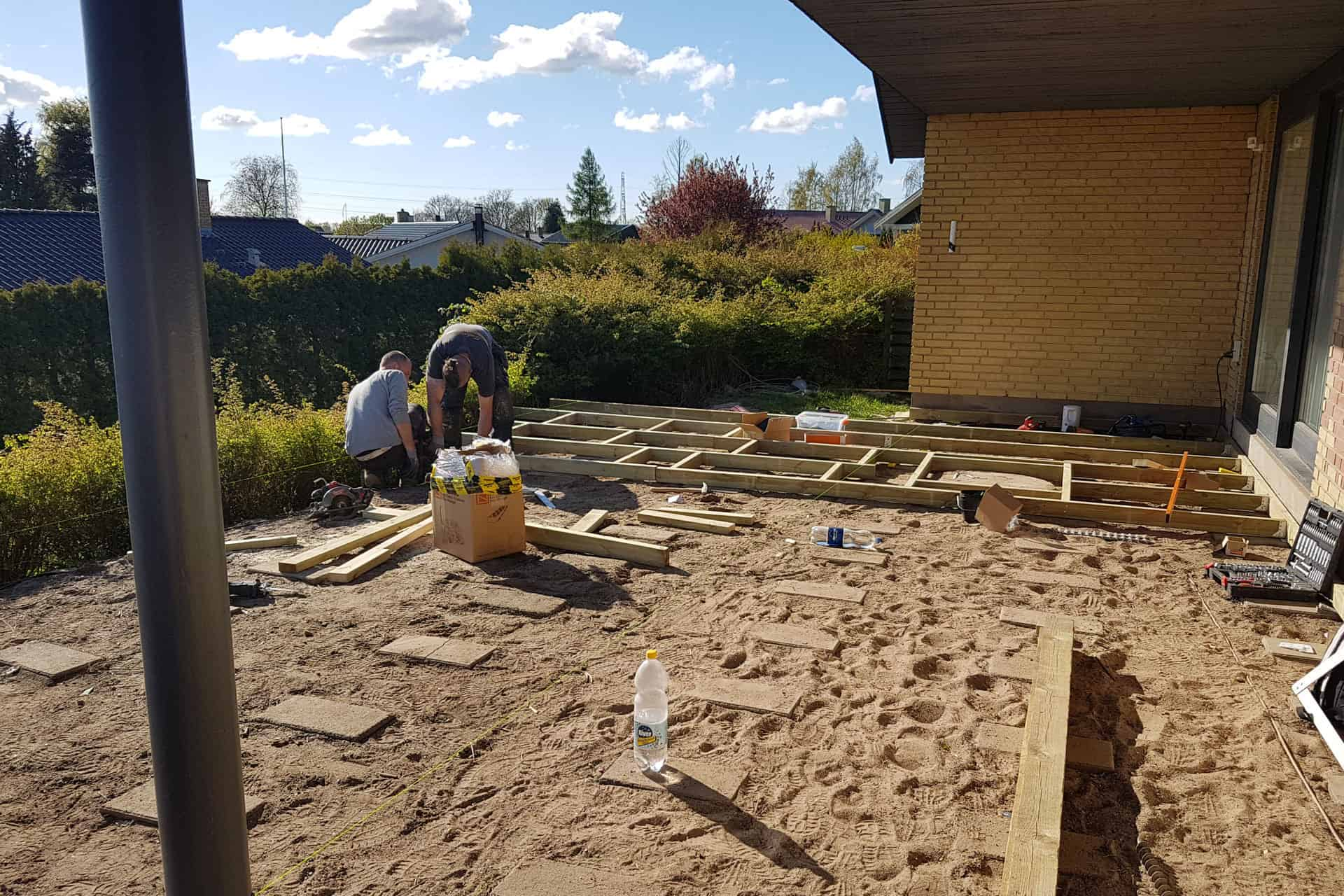How to build a deck - Leveling with pavers