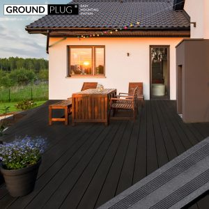 Byg-selv træterrasse af GroundPlug® byg-selv komplet træterrassepakke af sort komposit.