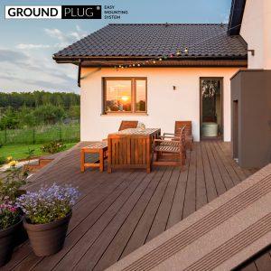 Byg-selv træterrasse af GroundPlug® byg-selv komplet træterrassepakke af brun komposit.