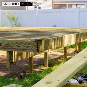 Byg-selv træterrasse under vejs. Materialer er GroundPlug® komplet byg-selv terrassepakke med træ af imprægneret fyrretræ.